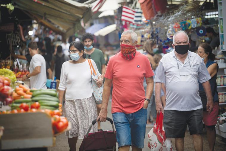 אנשים בשוק הכרמל בתל אביב (צילום: מרים אלסטר, פלאש 90)