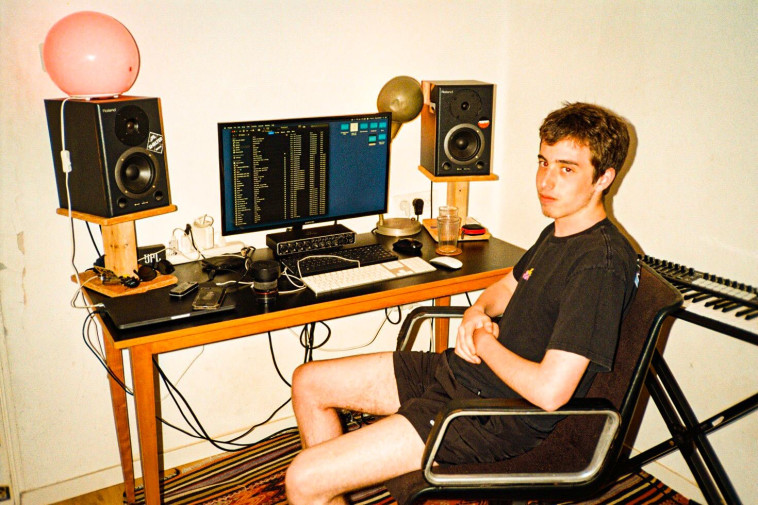 עומר שפריר באולפן הביתי (צילום: צוריאל גושן)