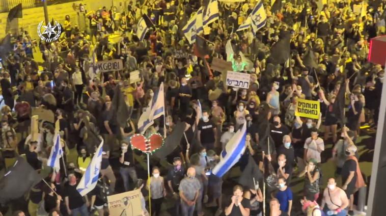 מפגינים נגד נתניהו בבלפור (צילום: דוברות משטרת ישראל)