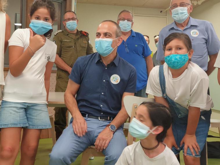 פרופ' רוני גמזו בבית הספר ''רביבים'' (צילום: רועי כץ)