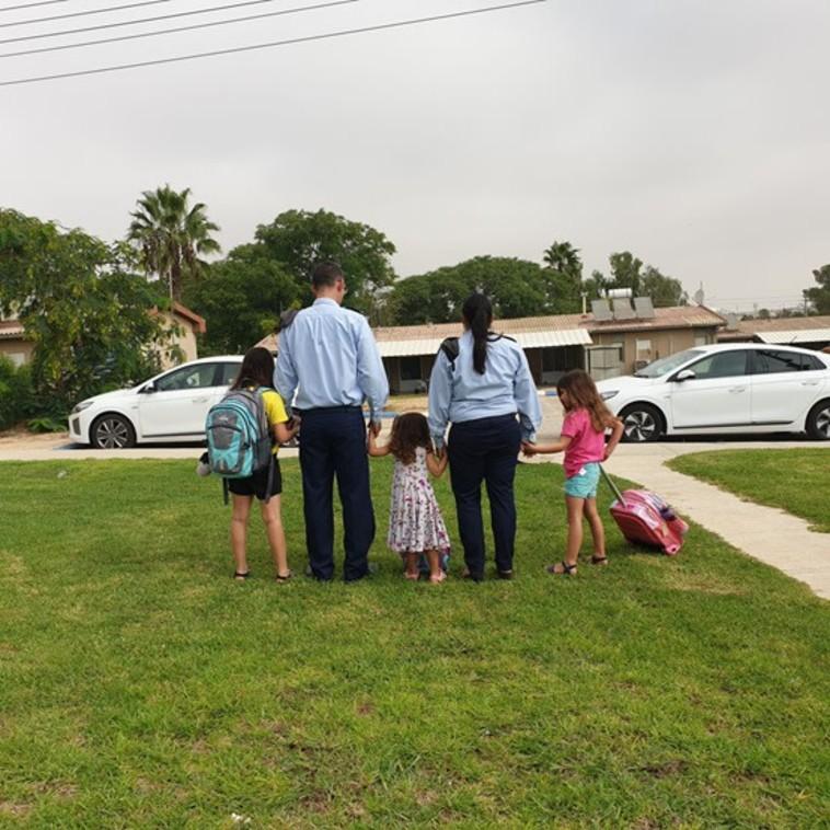 סא''ל א' וסא''ל ג' עם בנותיהם (צילום: דובר צה''ל)