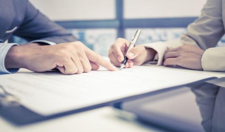 חתימת הסכם ביטוח (צילום: שאטרסטוק)