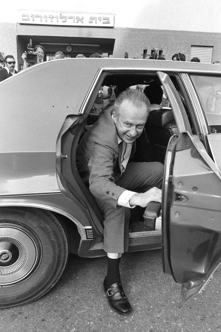 יצחק רבין יורד ממכונית השרד שלו, 1974 (צילום: שמואל רחמני)