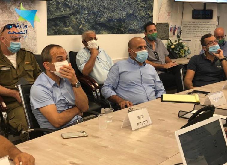 פרויקטור הקורונה רוני גמזו בדלית אל כרמל (צילום: מזאווי תקשורת, מערך ההסברה של משרד הבריאות)