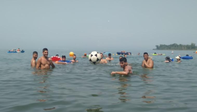 משחקים כדורגל בחוף כפר הנופש עין גב בכנרת (צילום: חגי פלג, חוף כפר הנופש עין גב)