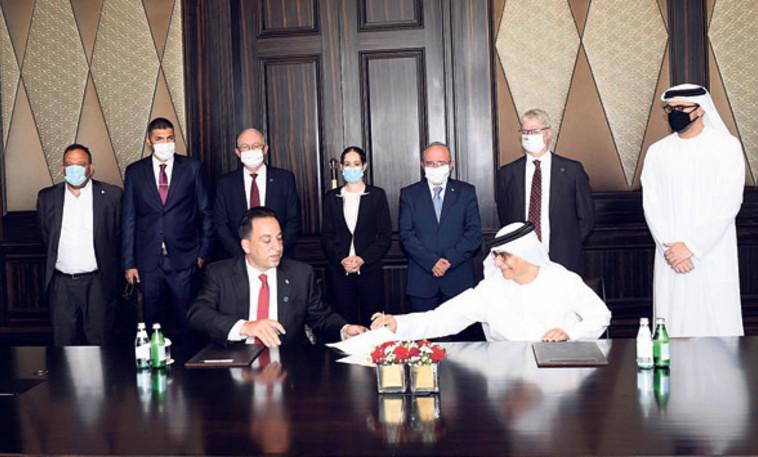 רונן פרץ חותם על ההסכם הכלכלי עם איחוד האמירויות (צילום: עמוס בן גרשום, לע''מ)