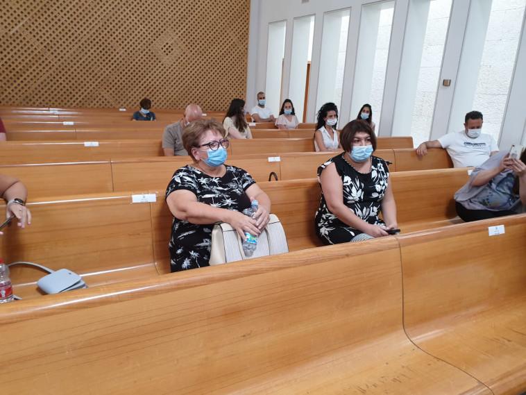 אמו ואחותו של רומן זדורוב בדיון בעניינו (צילום: פרטי)