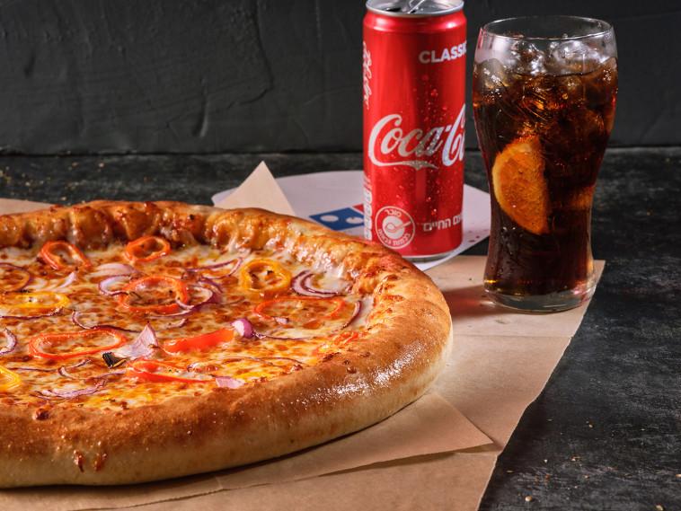 פיצה דומינוס לצד משקה קוקה-קולה (צילום: אנטולי מיכאלו)