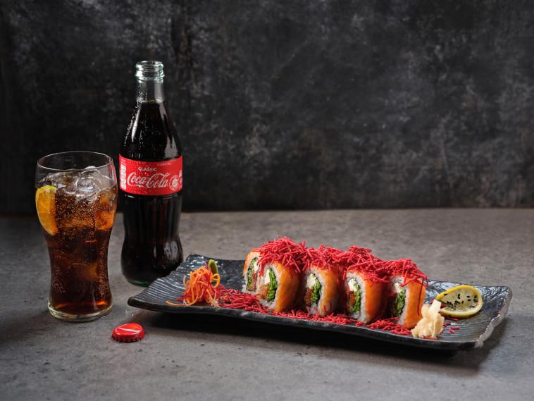 סושי של ג'פניקה לצד משקה קוקה-קולה (צילום: אנטולי מיכאלו)