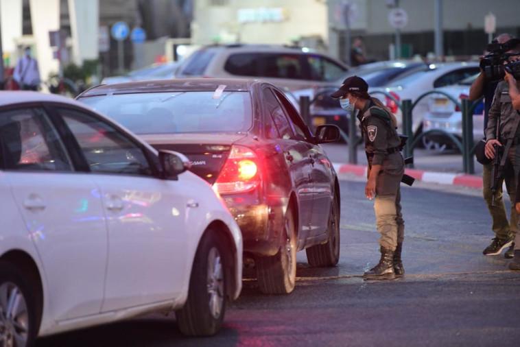 שוטרים אוכפים את הסגר הלילי בבני ברק (צילום: אבשלום ששוני)