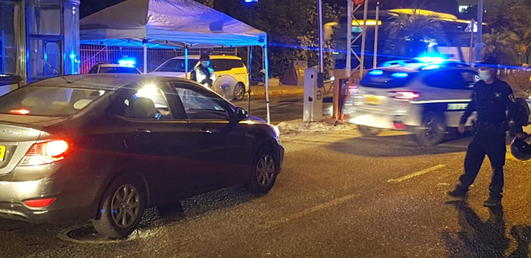 משטרה בכניסה לאלעד, הערב (צילום: אלון חכמון)