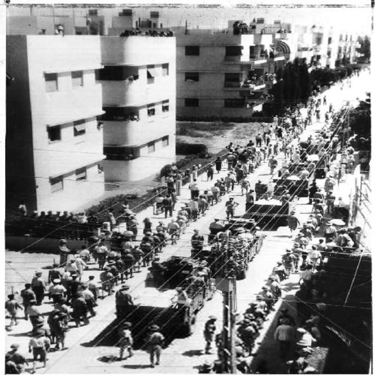 הלוויה המונית אחרי ההפצצה האיטלקית על תל אביב, 1940 (צילום: הארכיון הציוני המרכזי)