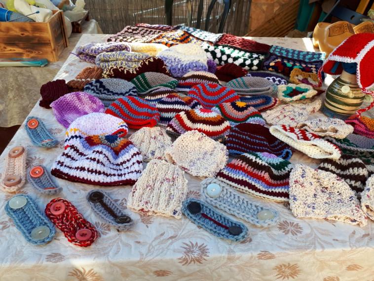 כובעים סרוגים לפגים (צילום: צילום פרטי)