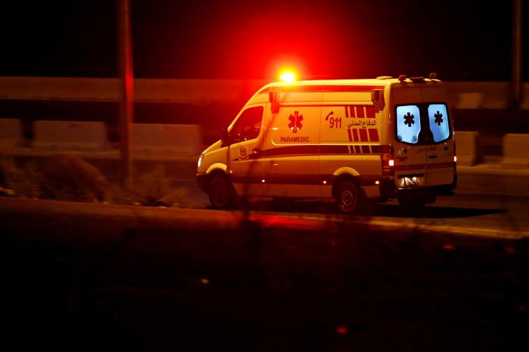 אמבולנס באזור הפיצוץ בירדן (צילום: REUTERS/Muhammad Hamed)