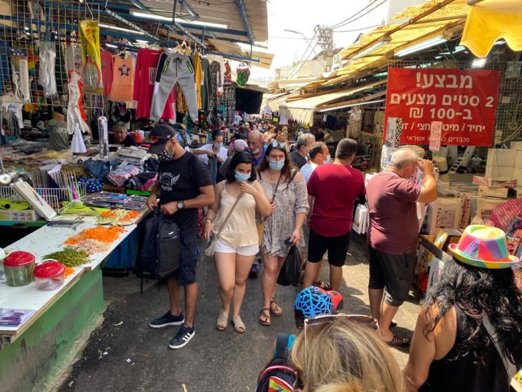 קורונה - אנשים עם מסכה בשוק הכרמל בתל אביב (למצולמים אין קשר לנאמר בכתבה) (צילום: אבשלום ששוני)