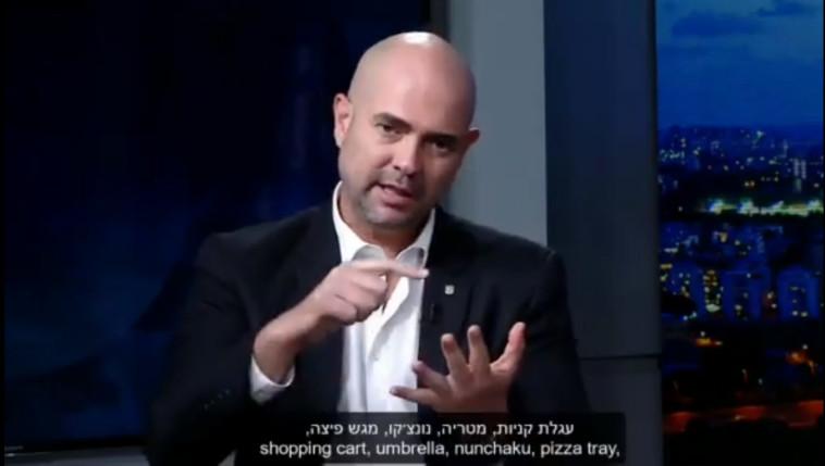 השר אוחנה מתאר כלי הגנה ב''סכינתיפאדה'' (צילום: פייסבוק, העמותה לקידום תרבות הנשק בישראל)
