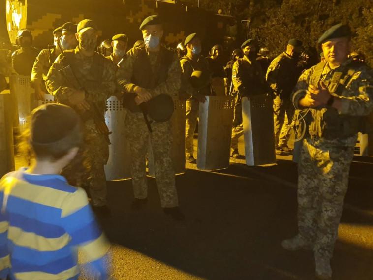 ילד ניצב בפני חיילים אוקראינים (צילום: חיים ויצהנדלר)