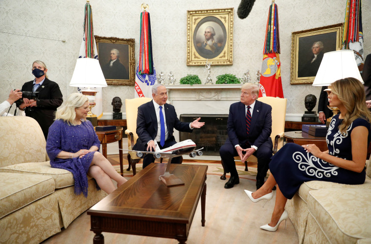דונלד ומלאניה טראמפ, בנימין ושרה נתניהו בבית הלבן (צילום: REUTERS/Tom Brenner)