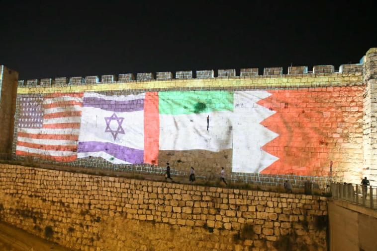 דגלי ישראל ארה''ב, בחריין ואיחוד האמירויות על חומות י-ם (צילום: עיריית ירושלים)