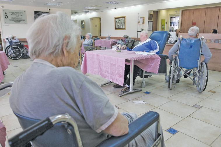 קשישים בבית אבות (צילום: אנה קפלן, פלאש 90)