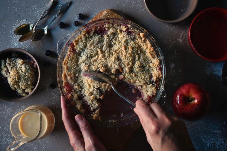 קראמבל אוכמניות ותפוחים (צילום: סטודיו TEKA)