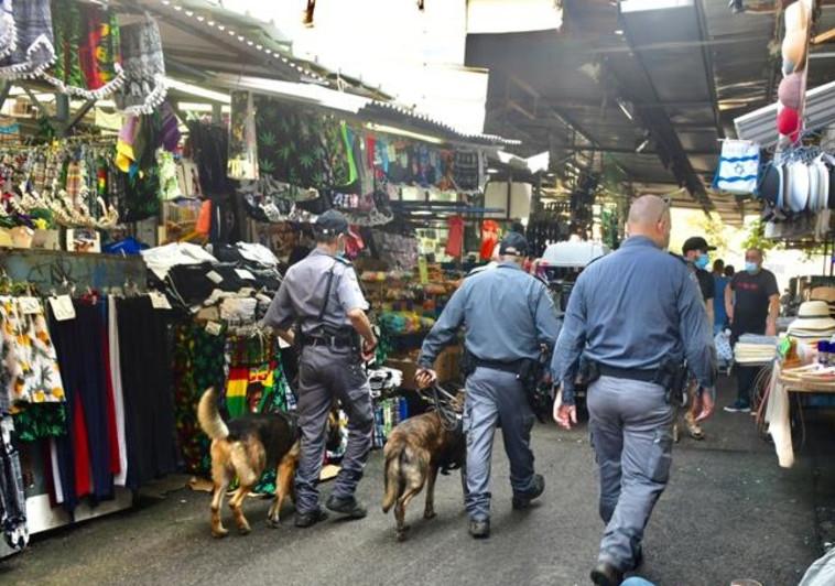 משטרה אוכפת הנחיות בשוק (צילום: אבשלום ששוני)