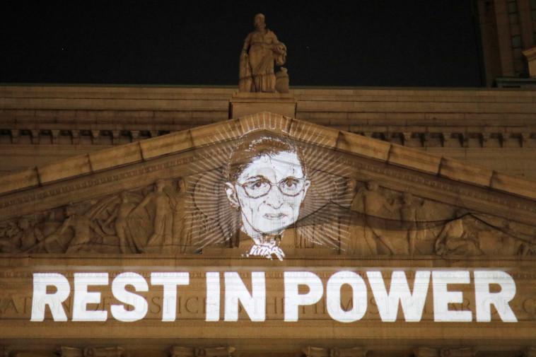 כתובת לזכרה של רות ביידר גינסבורג שהוקרנה על קיר בית המשפט לזכויות אזרח בניו יורק (צילום:  REUTERS/Andrew Kelly)