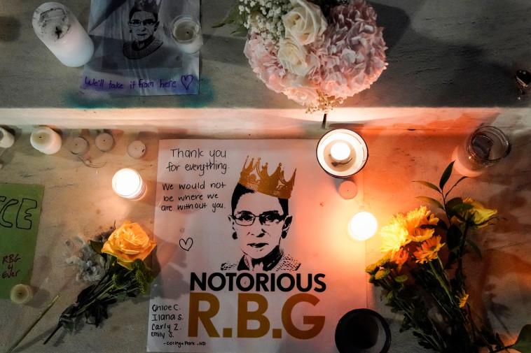 שלט לזכרה של רות ביידר גינסבורג, בית המשפט העליון בוושינגטון (צילום: REUTERS/JOSHUA ROBERTS)