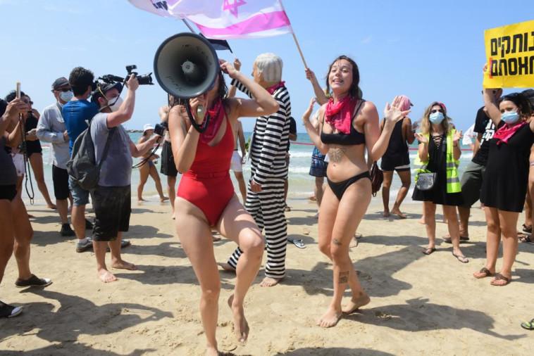 מפגינים נגד איסור הרחצה בחוף הים בתל אביב (צילום: אבשלום ששוני)