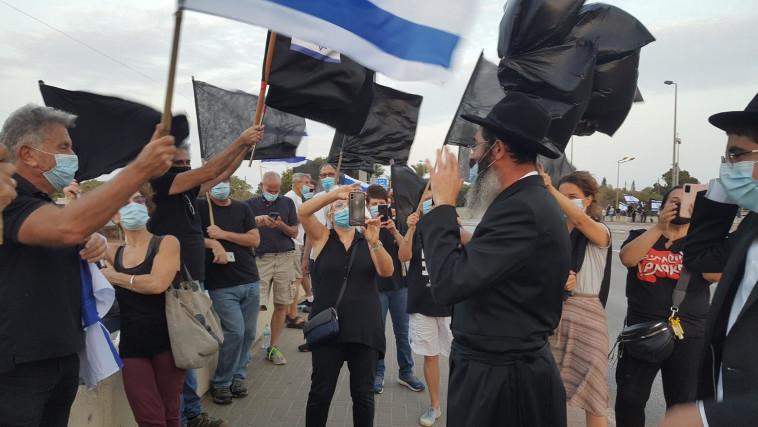 הדגלים השחורים בהפגנה  (צילום: אריק בנדר)