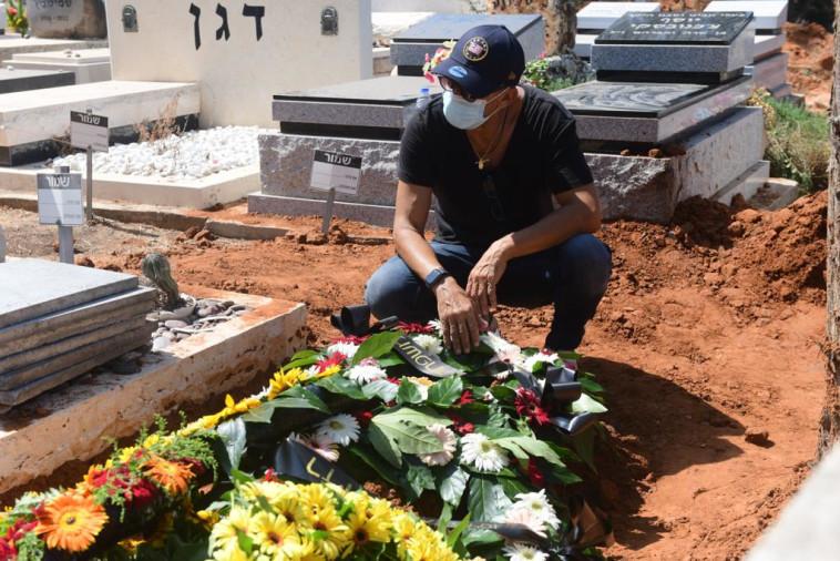 דידי הררי בהלווית אשתו  (צילום: אבשלום ששוני)