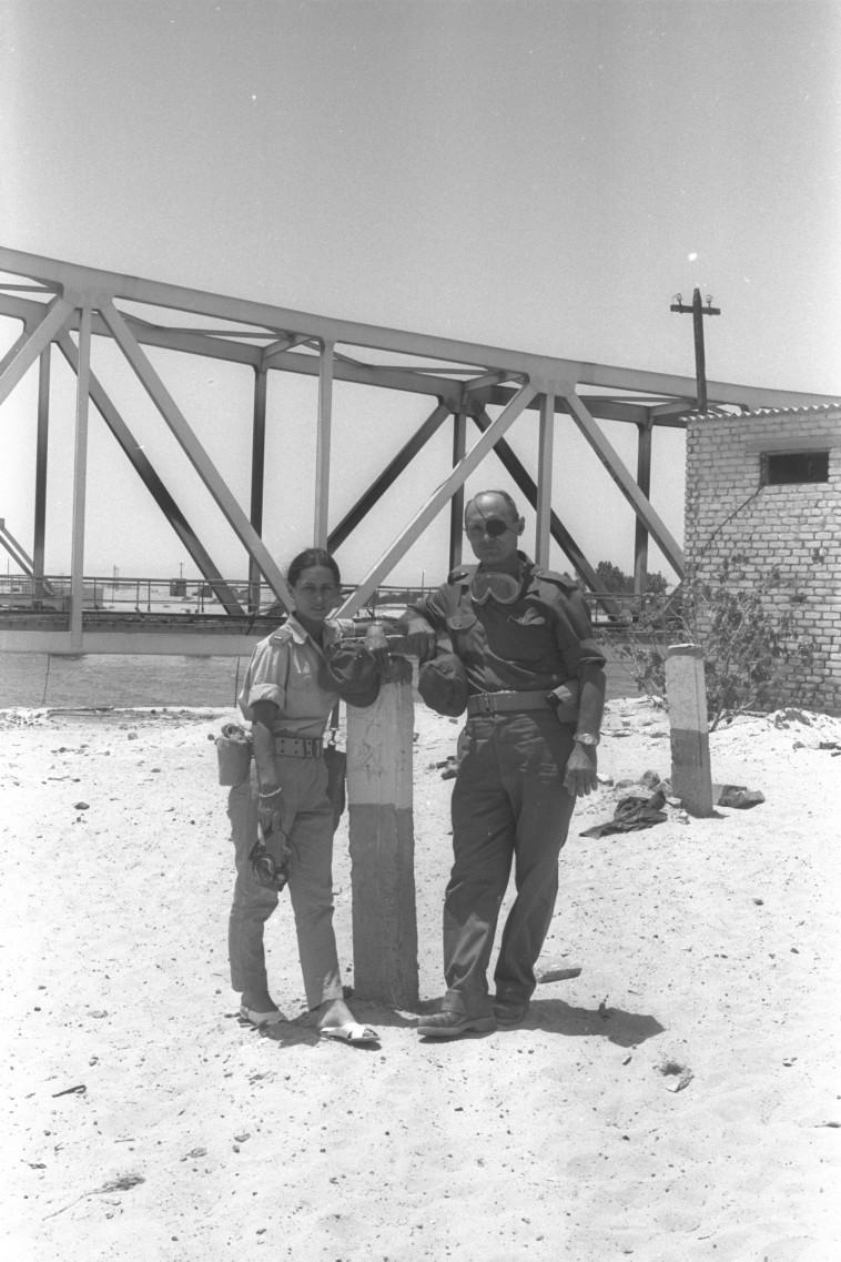 משה ויעל דיין בסיני, 1967 (צילום: אסף קוטין)