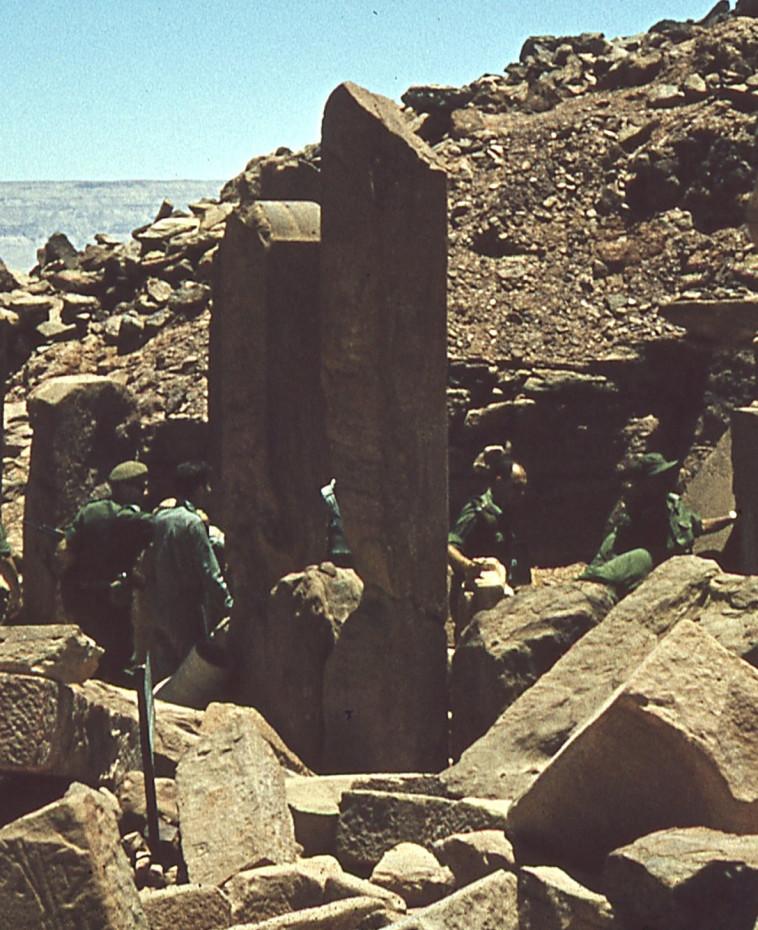 משה דיין גונב עתיקות בסיני (צילום: פרטי)