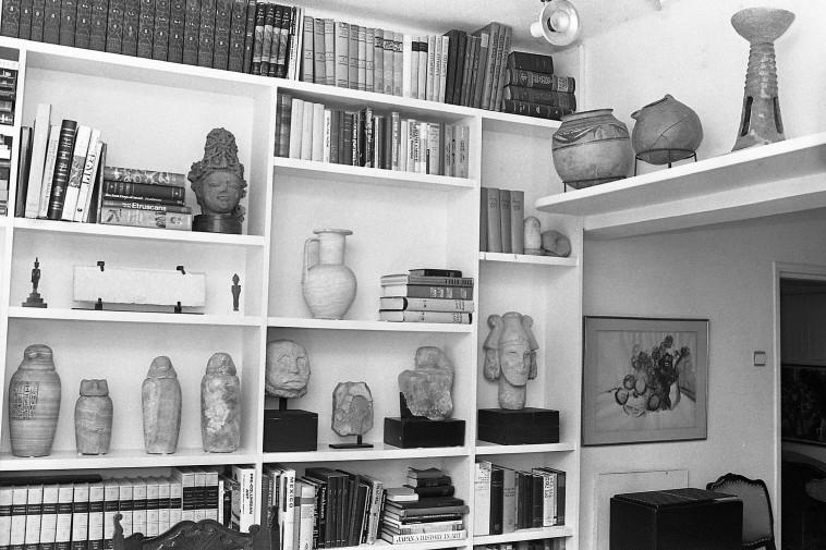 עתיקות בביתו של משה דיין (צילום: שמואל רחמני)