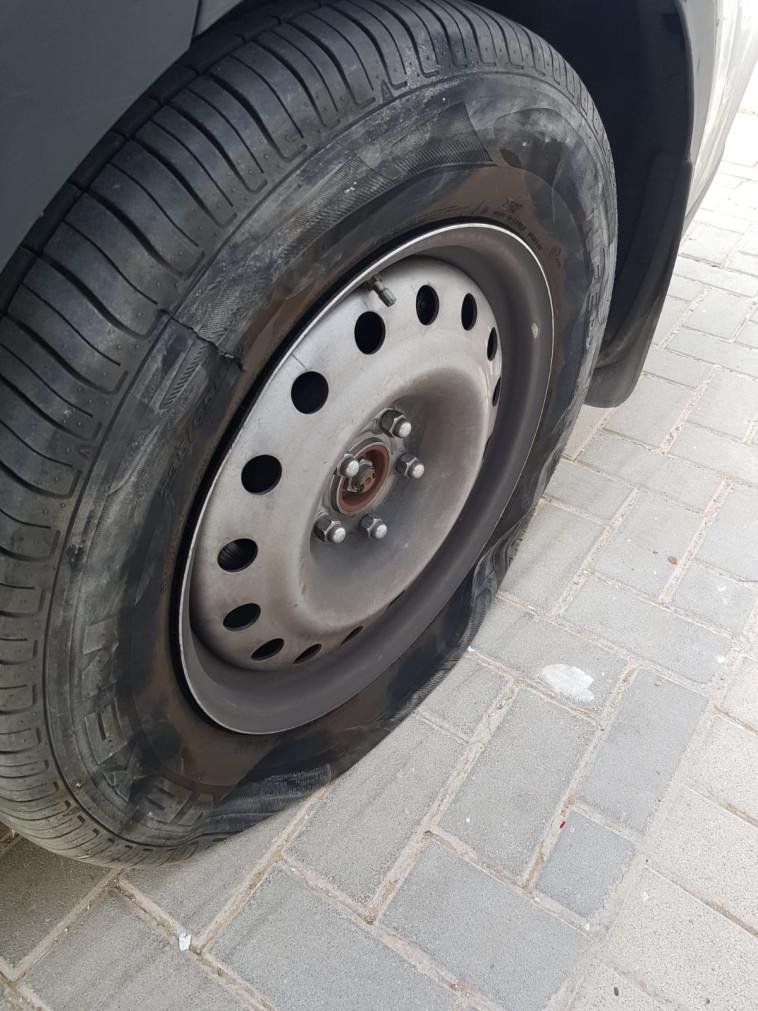 צמיגי הרכב המשטרתי שנוקבו ביצהר (צילום: דוברות המשטרה)