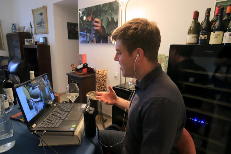 על כוס יין בשידור (צילום: פרטי)