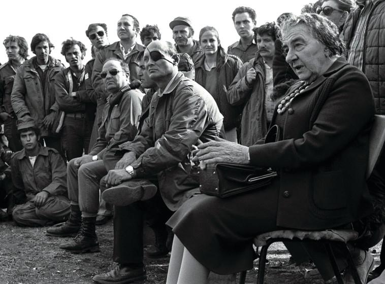 גולדה ודיין בתום הקרבות בגולן, מלחמת יום הכיפורים (צילום: רויטרס)