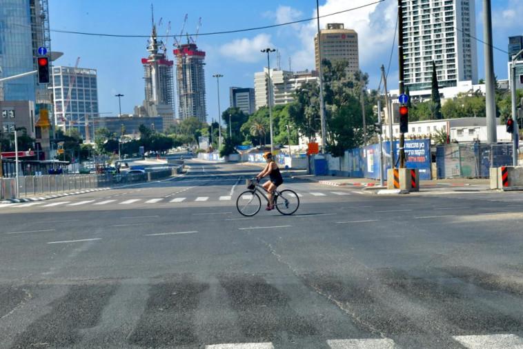 פה ושם ניתן לראות רוכבי אופניים בודדים (צילום: אבשלום ששוני)
