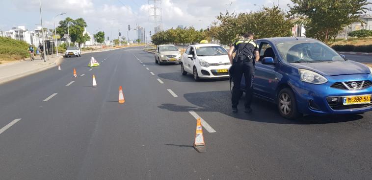 המשטרה אוכפת את ההנחיות בפתח תקווה (צילום: אלון חכמון)
