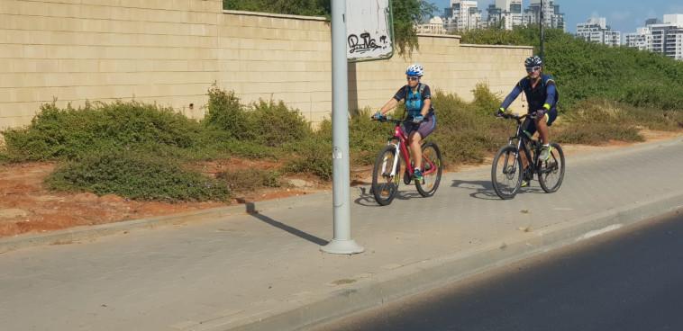 רוכבי אופניים בפתח תקווה (צילום: אלון חכמון)