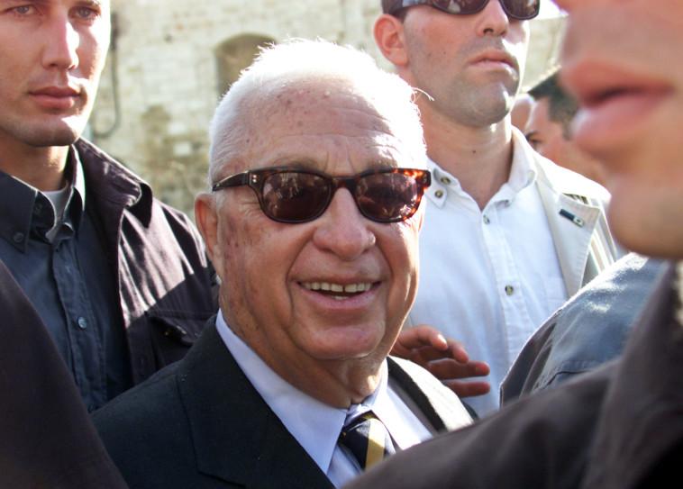 אריאל שרון ז''ל עולה להר הבית (צילום: רויטרס)