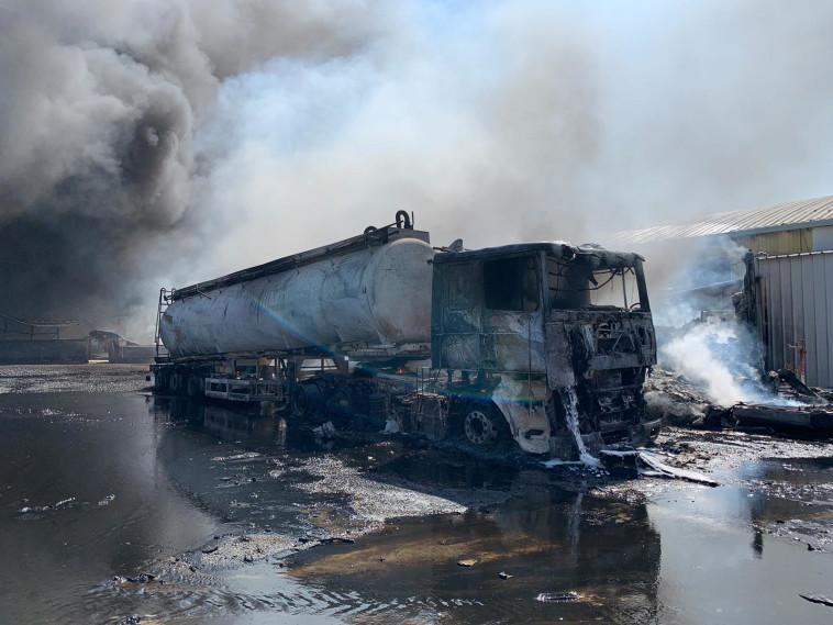 השריפה שפרצה במפעל בעכו (צילום: דוברות כבאות והצלה מחוז חוף)