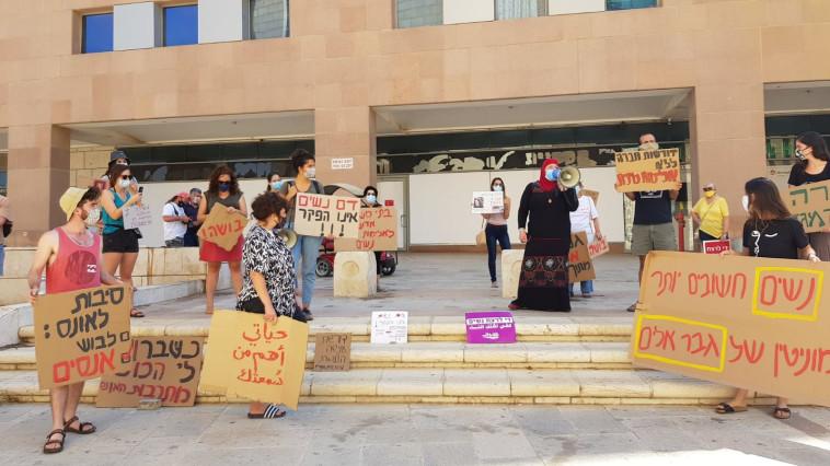 מפגינות מול בית המשפט בבאר שבע (צילום: ניצן צור)