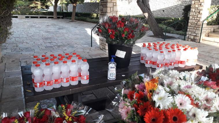 אנשי אגף הנצחה הכינו פרחים ובקבוקי מים למשפחות החללים (צילום: דוברות משרד הביטחון)