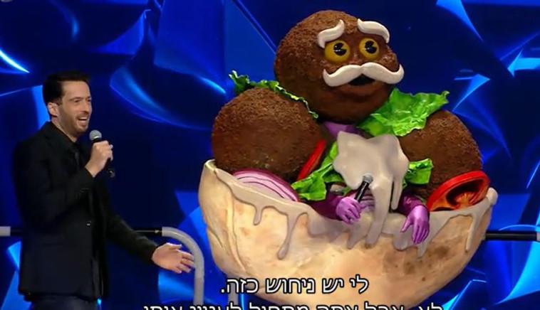 הזמר במסיכה (צילום: צילום מסך)