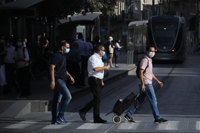 אנשים עם מסכה ברחובות ירושלים, ארכיון (למצולמים אין קשר לנאמר בכתבה, צילום: מארק ישראל סלם)
