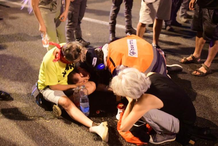 אחת המפגינות שנזקקה לטיפול רפואי בהפגנה בת''א (צילום: אבשלום ששוני)