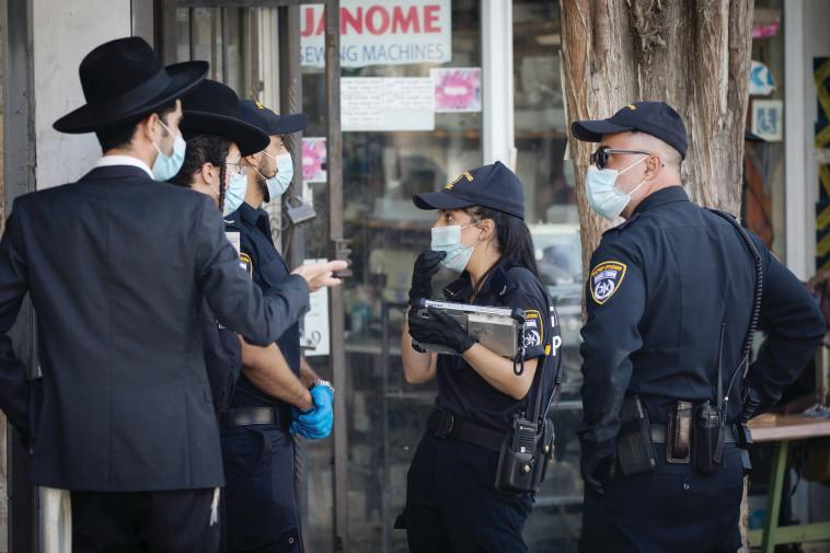קורונה - שוטרים מחלקים קנסות (צילום: יונתן זינדל, פלאש 90)
