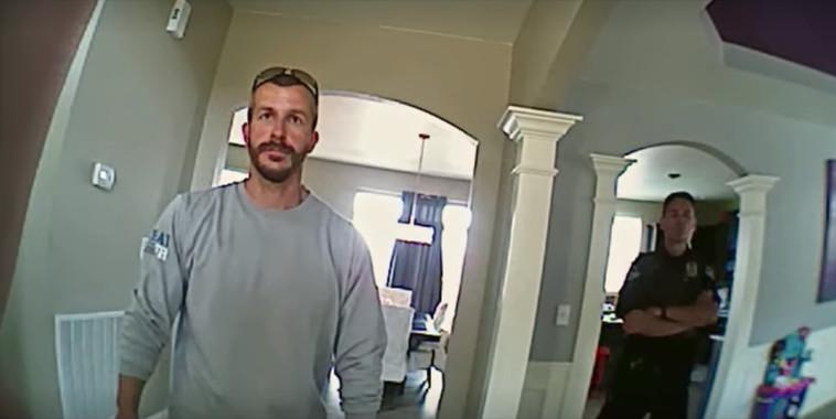 כריס ווטס בביתו דרך מצלמת גוף של שוטר (צילום: נטפליקס)