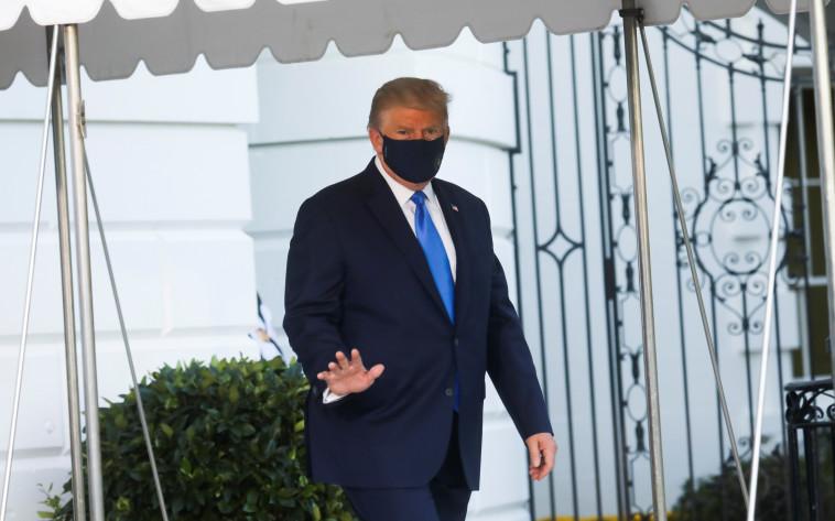 הנשיא דונלד טראמפ בדרכו לבית החולים לאחר שחלה בקורונה (צילום: REUTERS/Leah Millis)